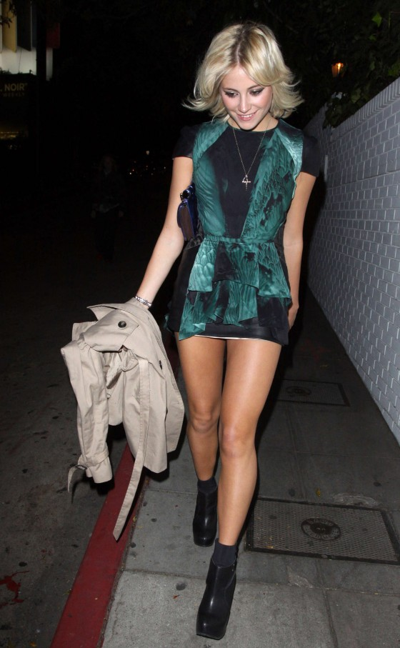 Pixie Lott Shows Off Her Legs-05