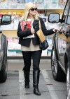 Reese Witherspoon - Buys Some Magazines in LA