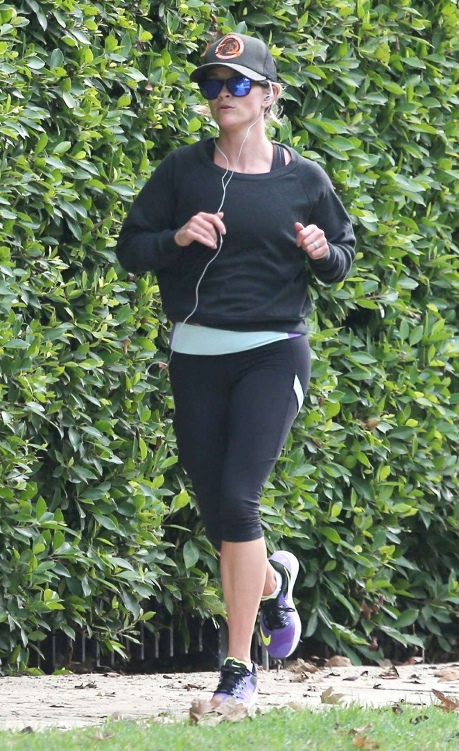 Reese Witherspoon in Leggings -11