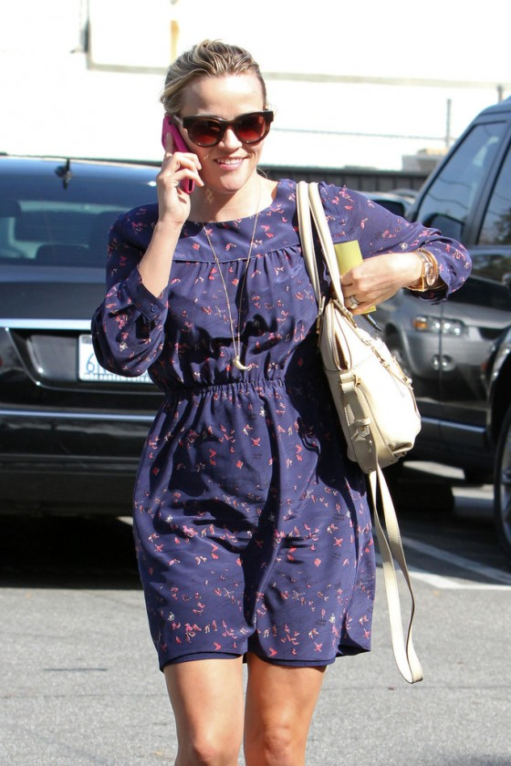 Reese Witherspoon - Leggy in dress stops for lunch in Santa Monica