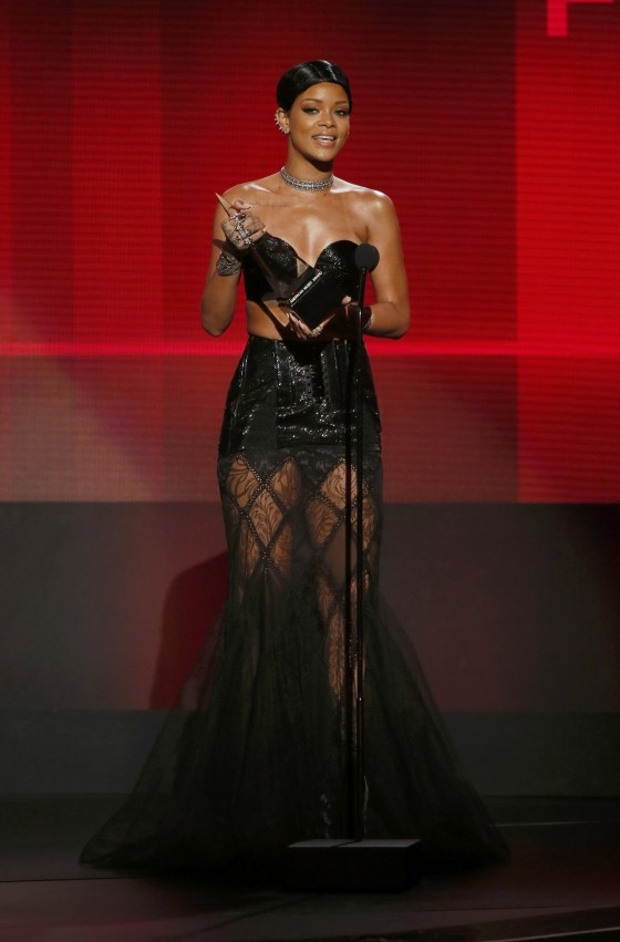 Rihanna: 2013 American Music Awards -04
