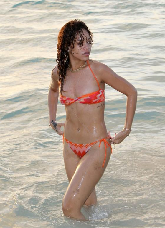 Foto de rihanna en bikini 6