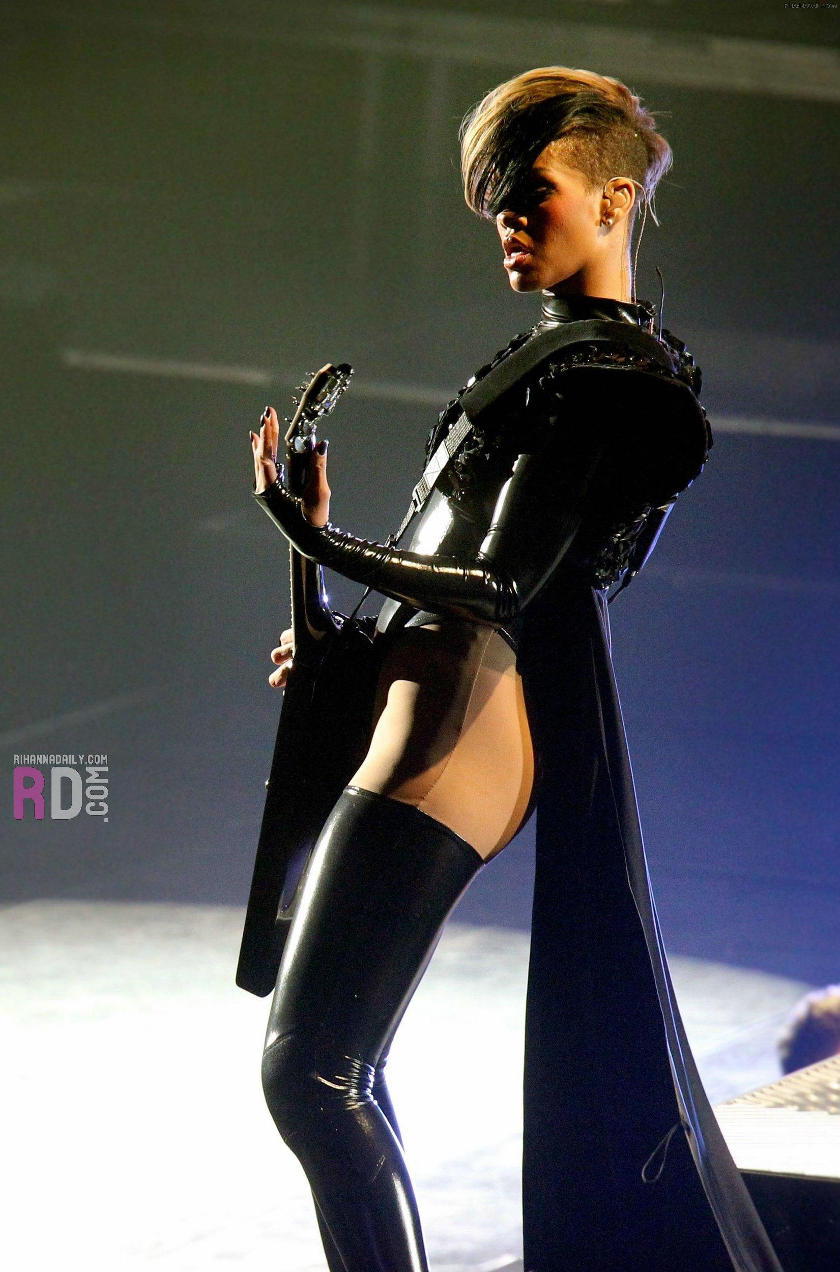 rihanna-concert-pics-i... Miley Cyrus