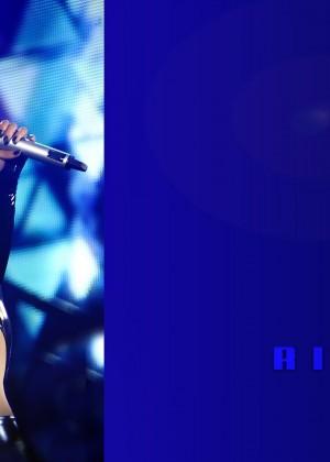 Rihanna Concert Widescreen Wallpapers -04