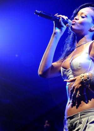 Rihanna Concert Widescreen Wallpapers -08