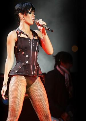 Rihanna Concert Widescreen Wallpapers -10
