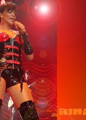 Rihanna Concert Widescreen Wallpapers -12