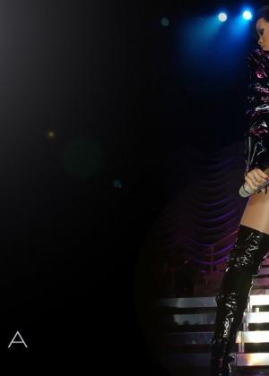 Rihanna Concert Widescreen Wallpapers -13