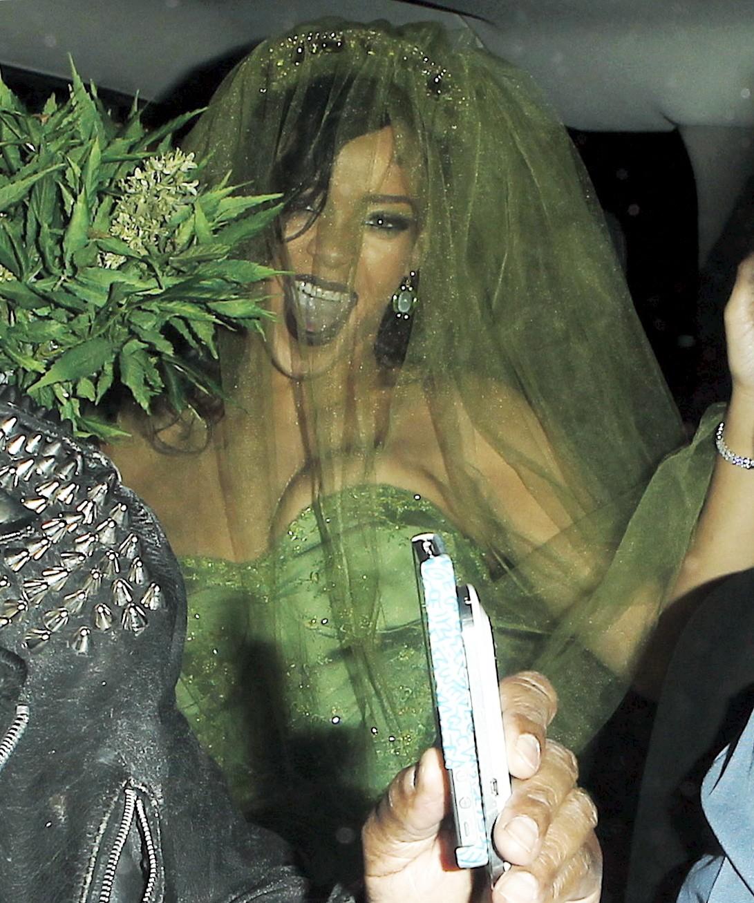 Rihanna%20-%20In%20Halloween%20Costume-02.jpg