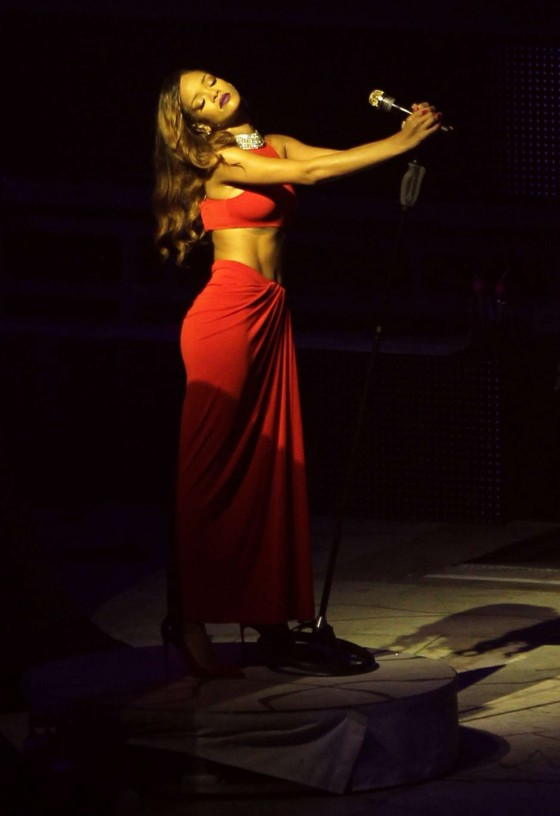 Rihanna performs during her Diamonds World Tour in Washington-04