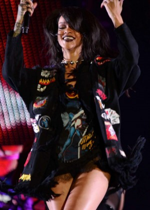 Rihanna - Performs Live at the Rose Bowl in Pasadena