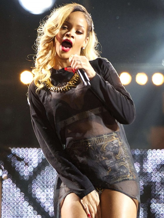 Rihanna 2013 : Rihanna performs on stage at BEC -04