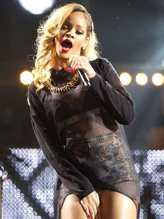 Rihanna 2013 : Rihanna performs on stage at BEC -05