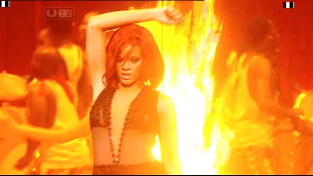 Rihanna 2011 : rihanna-sm-the-brit-awards-2011-02