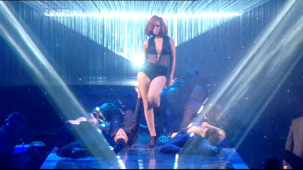 Rihanna 2011 : rihanna-sm-the-brit-awards-2011-03