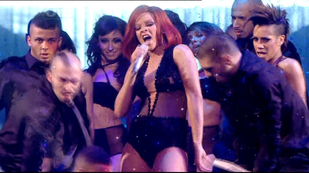 Rihanna 2011 : rihanna-sm-the-brit-awards-2011-04