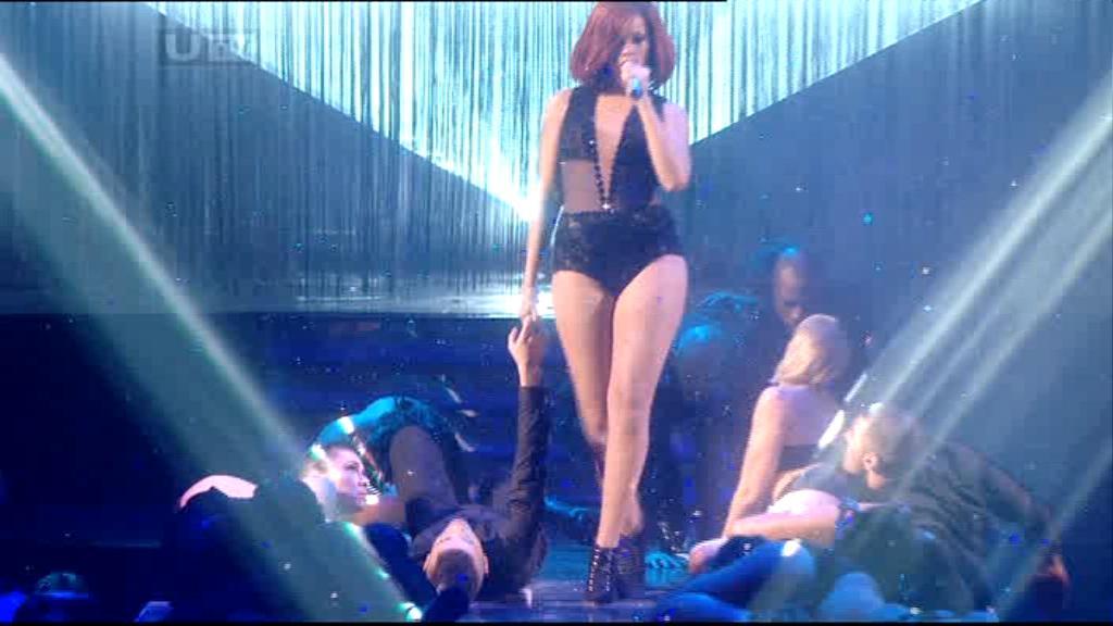 Rihanna 2011 : rihanna-sm-the-brit-awards-2011-17