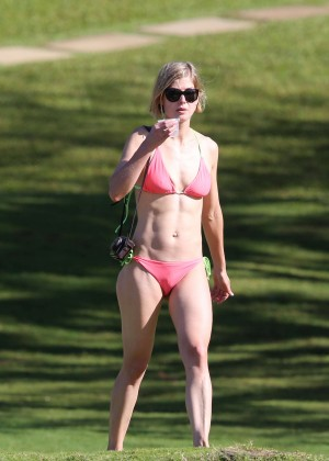Back to post Rosamund Pike – Wearing Bikini on Hawaii Beach | 300 x 420 jpeg 28kB