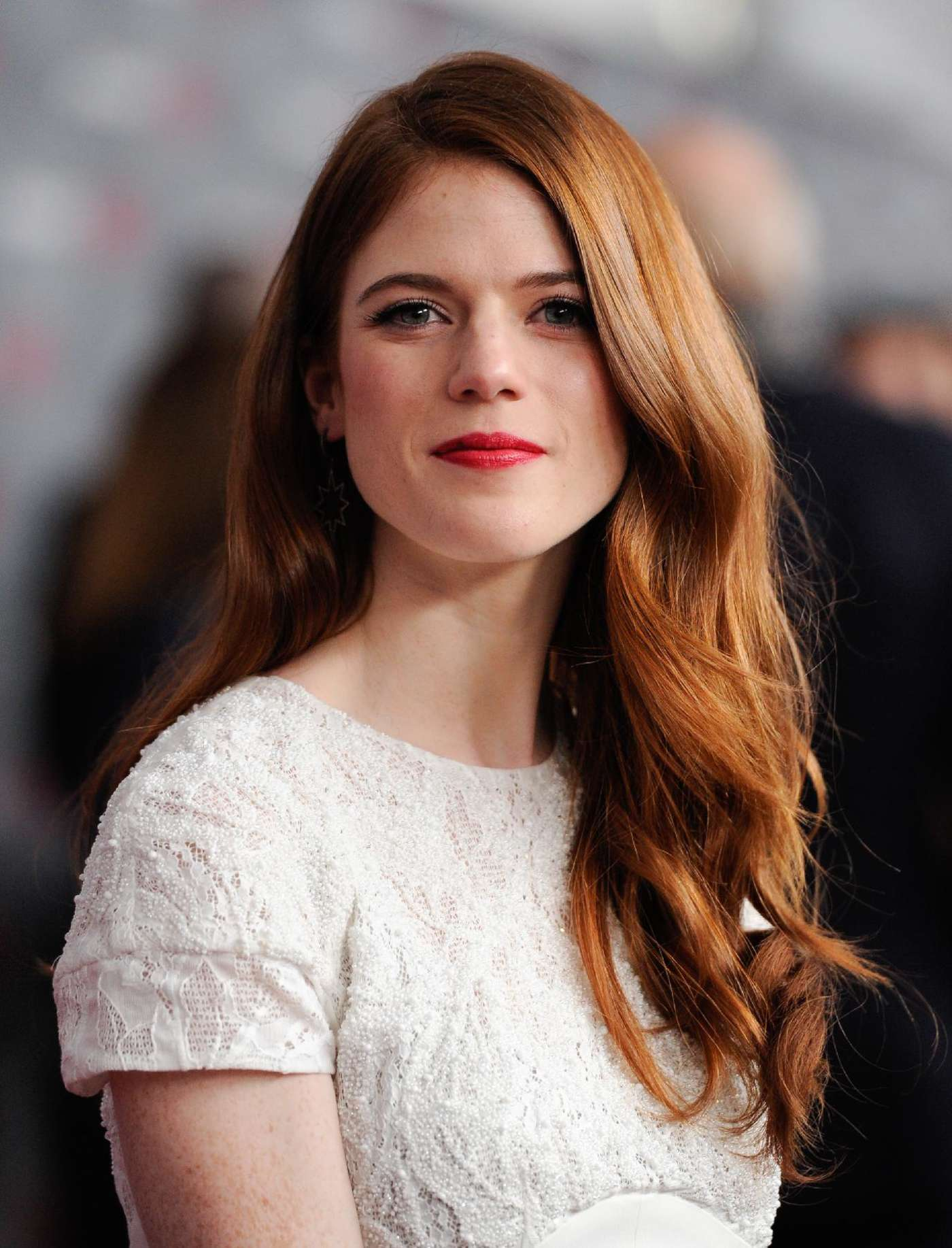 The 30-year old daughter of father Sebastian Arbuthnot-Leslie and mother Candida Mary Sibyl Leslie, 168 cm tall Rose Leslie in 2017 photo
