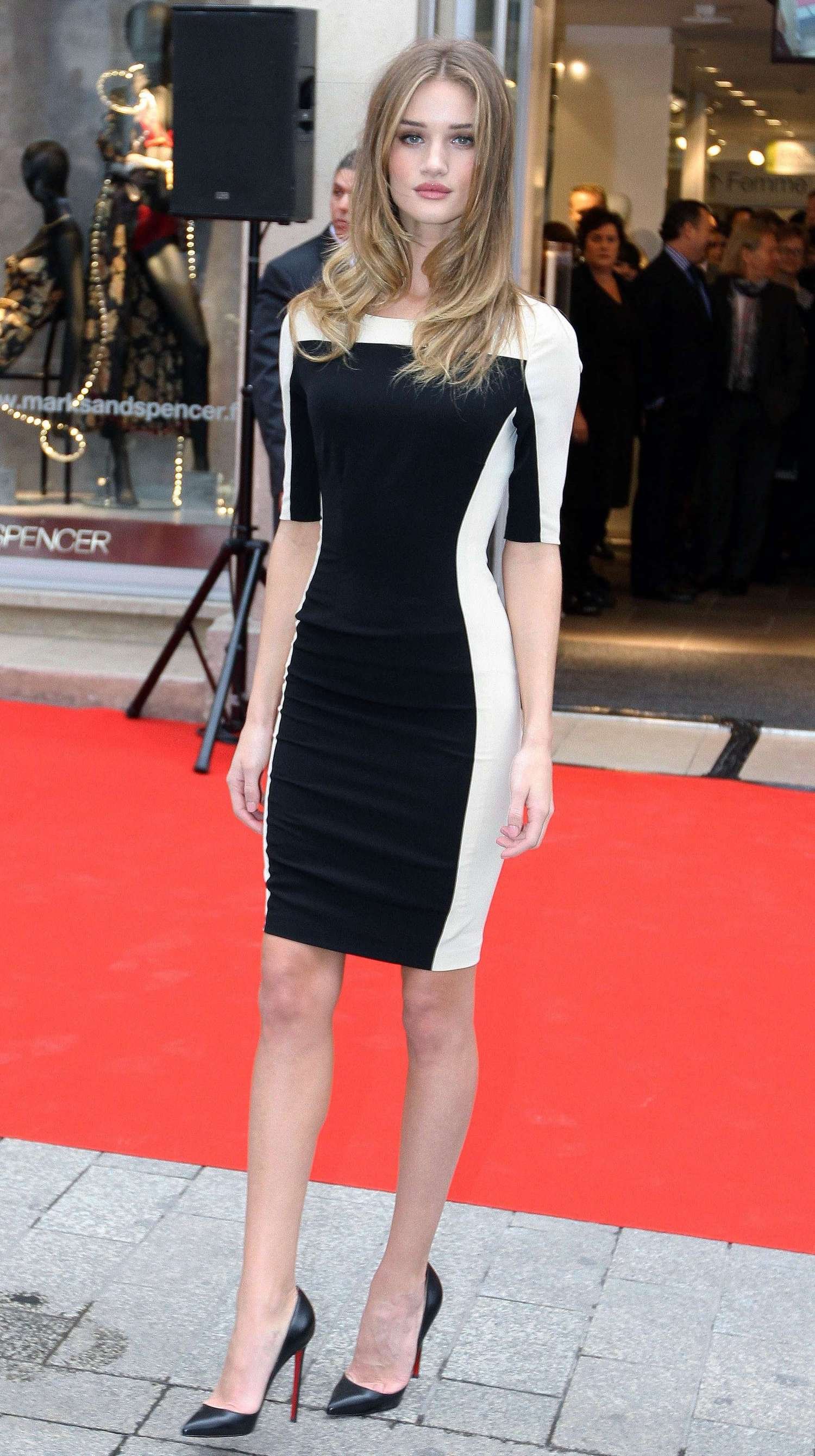 Rosie huntington whiteley leggy in tight dress at marks for Adresse mark and spencer paris