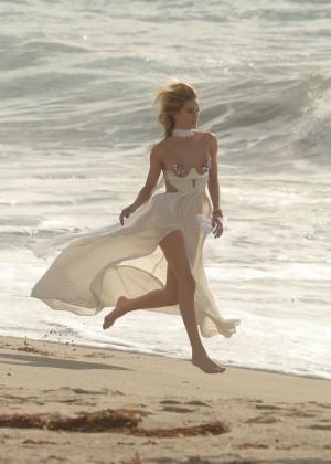 Rosie Huntington Whiteley: Photoshoot on Malibu Beach -01