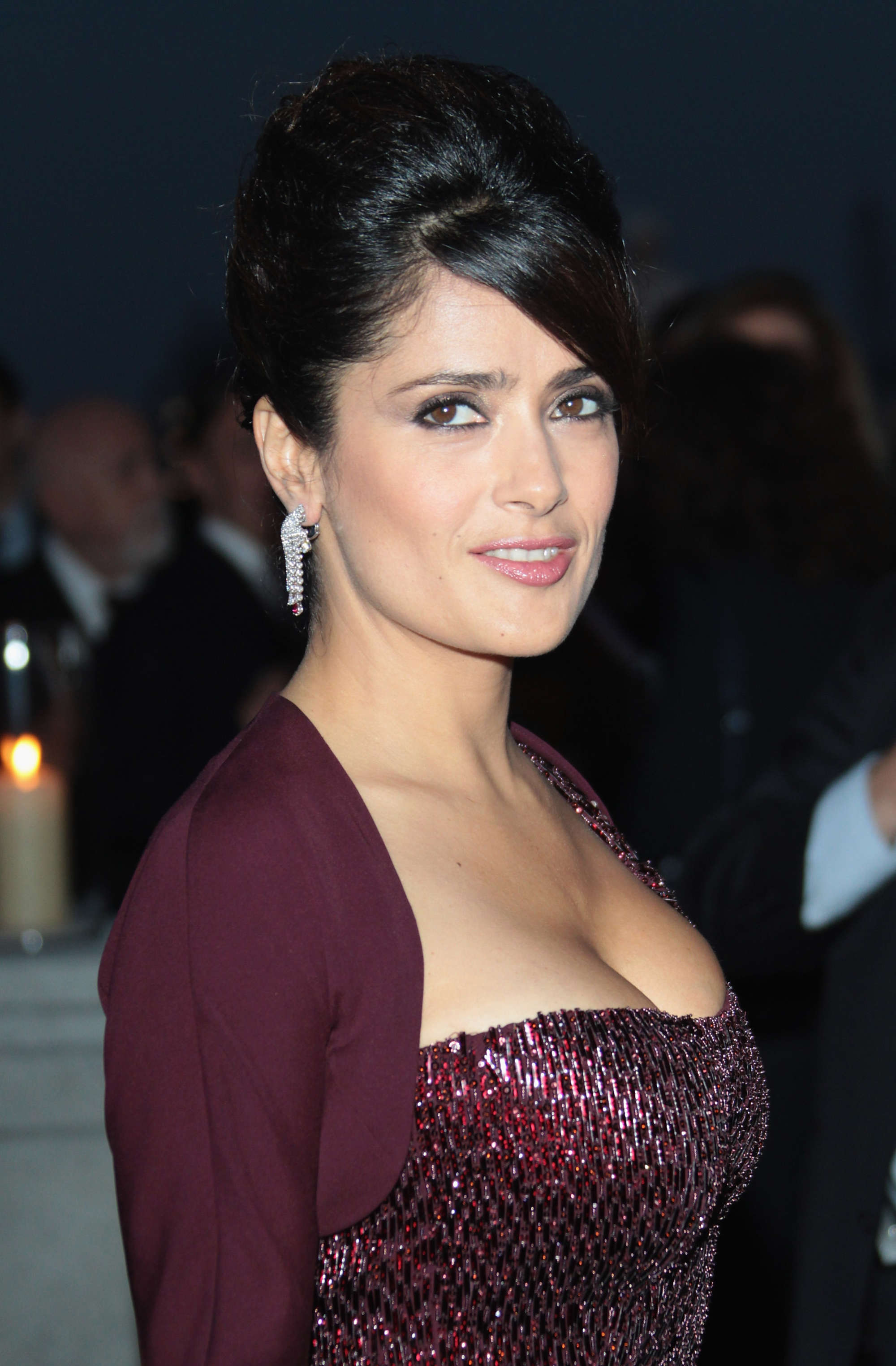 Salma Hayeks eye-popping cleavage steals the show