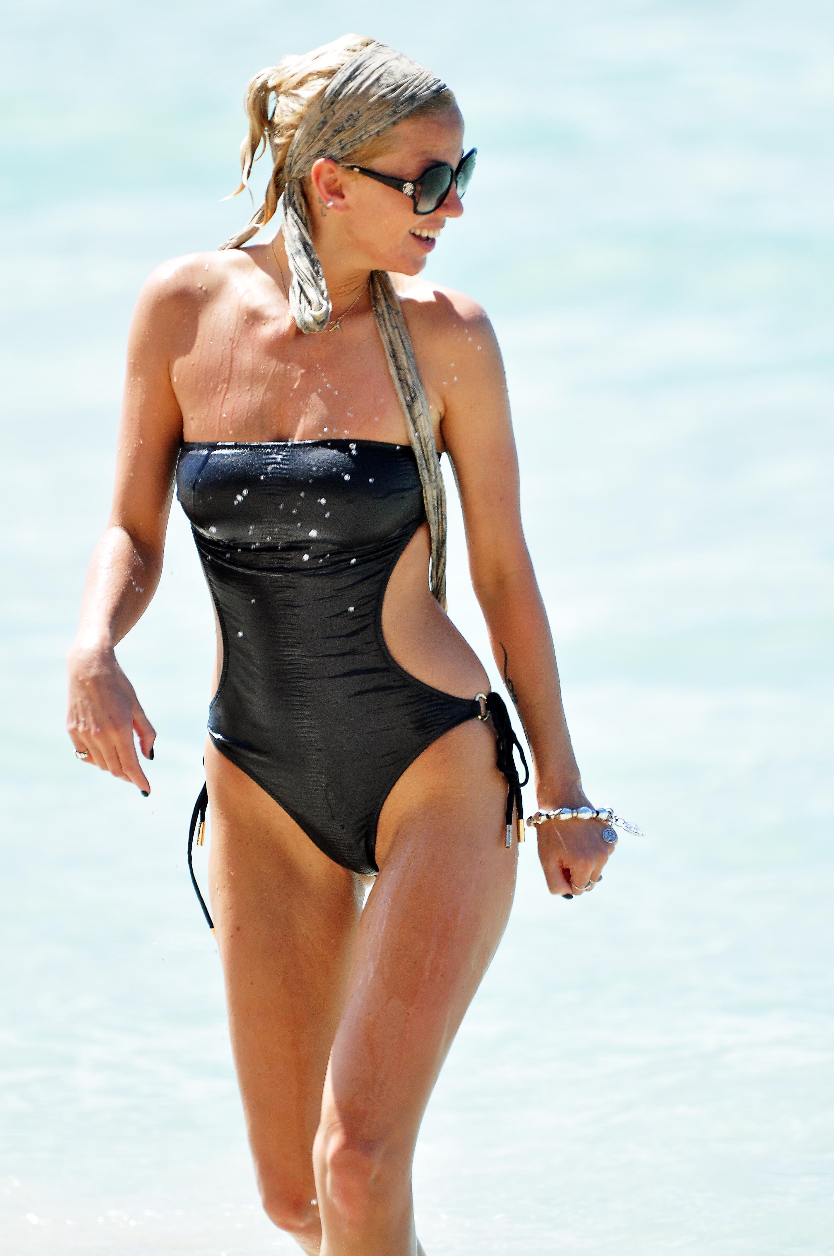 sarah-harding-bikini-in-barbados-13
