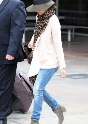 Sarah Michelle Gellar in Jeans and Hat Arriving in Sydney