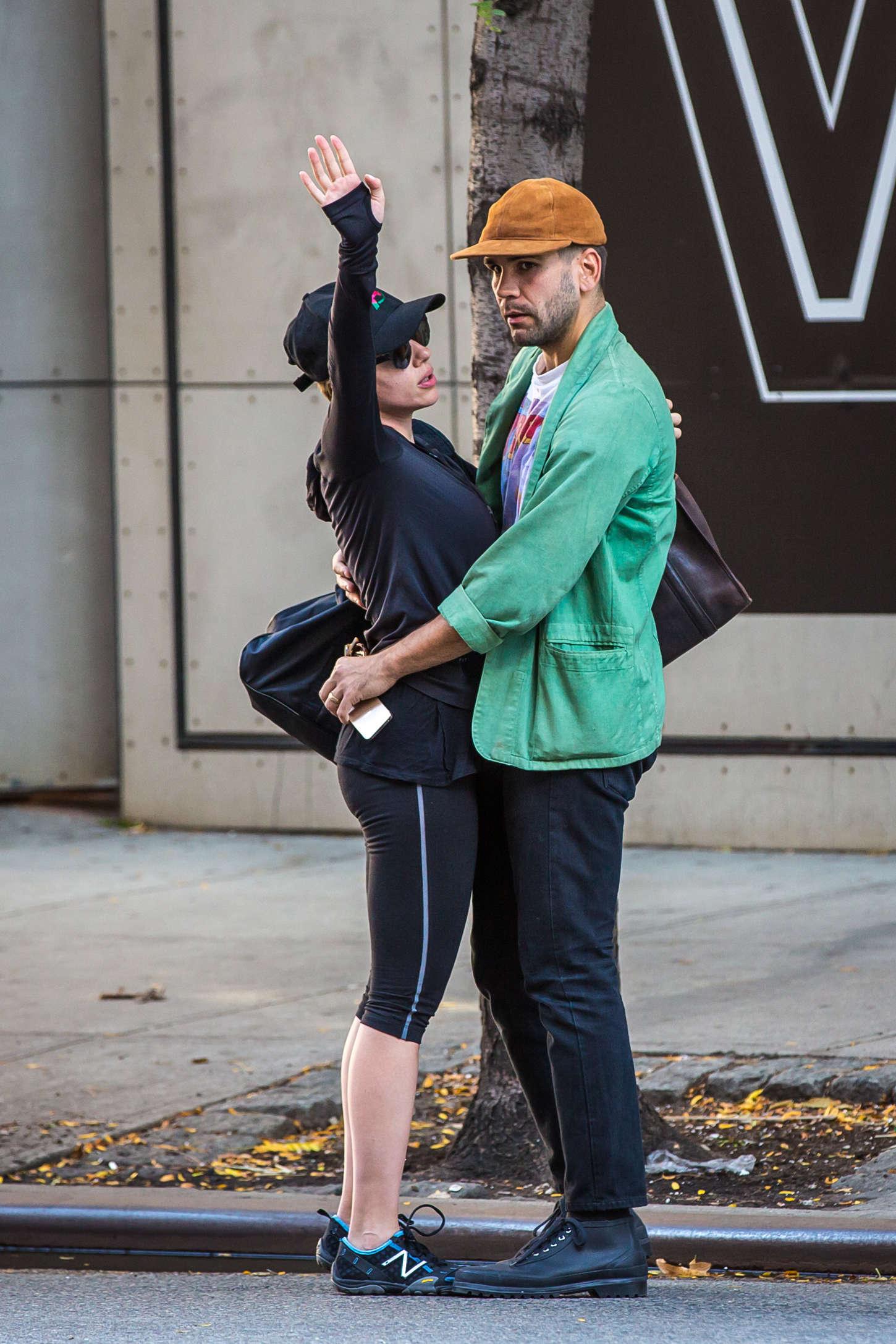 Scarlett Johansson 2014 : Scarlett Johansson tight leggings -02