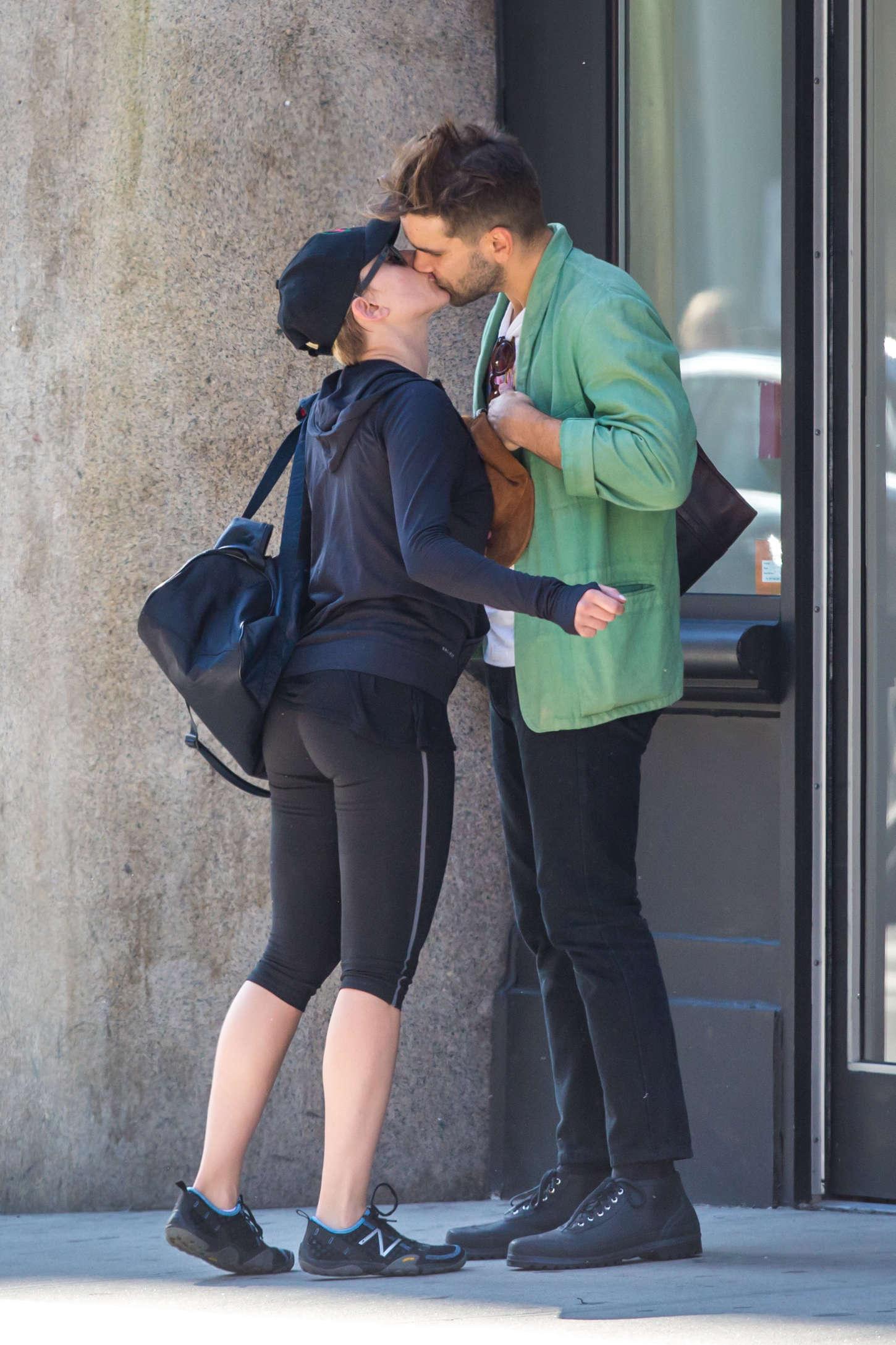 Scarlett Johansson 2014 : Scarlett Johansson tight leggings -17