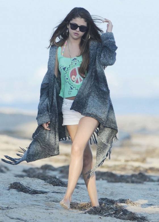 Selena Gomez – In Deim Shorts-15