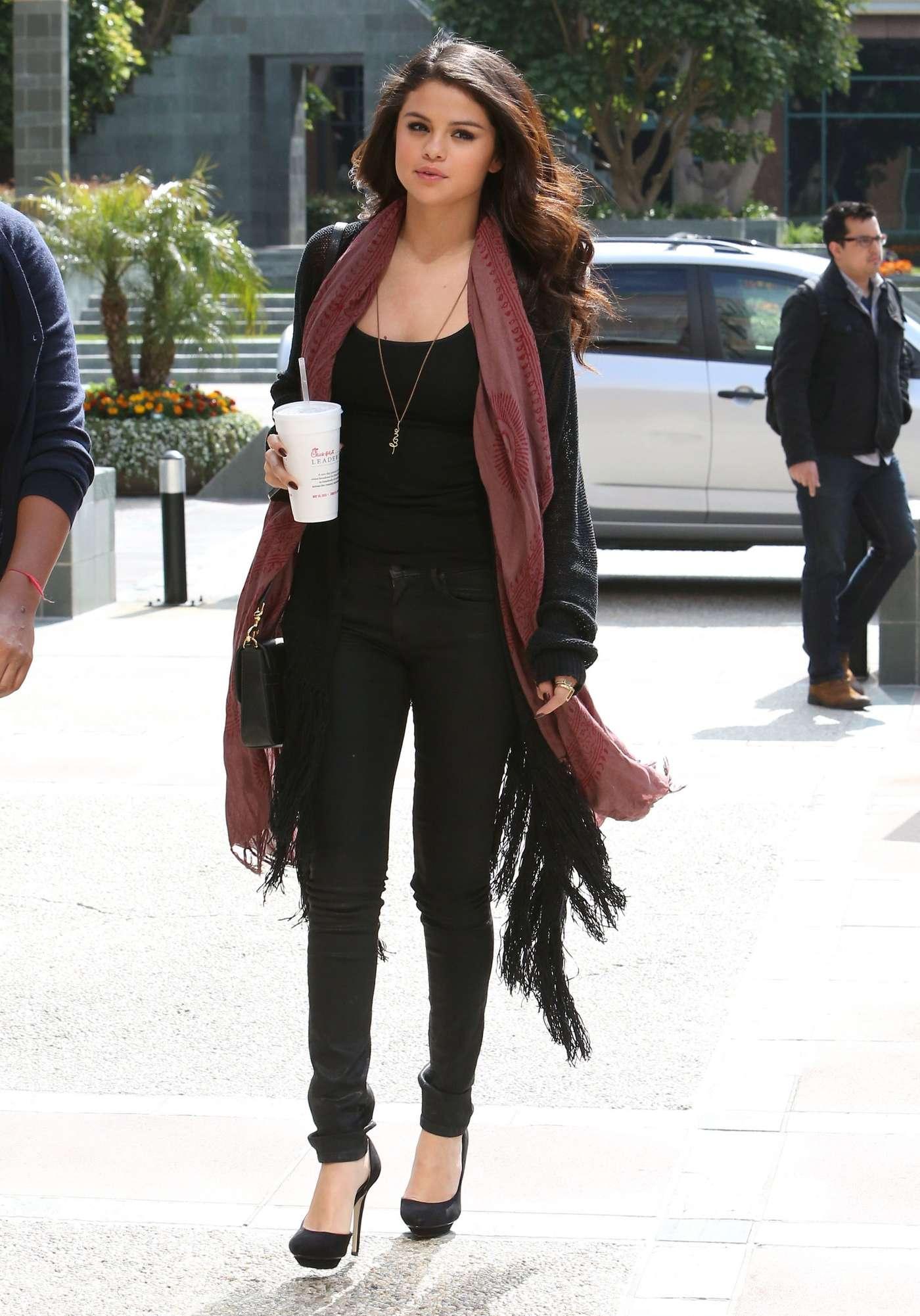 Selena Gomez Out In La 04 Gotceleb