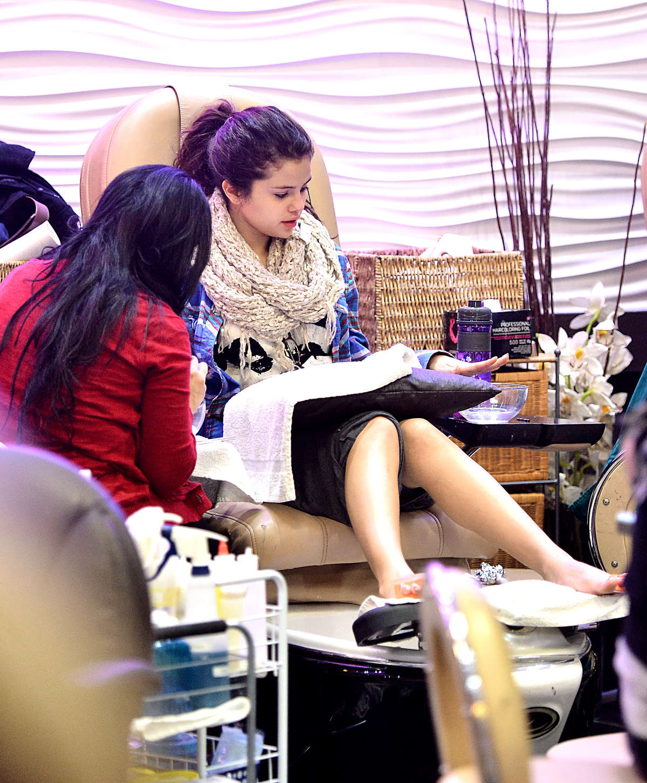 Celebrity Nail Salon: Nail Spa Candids In Encino