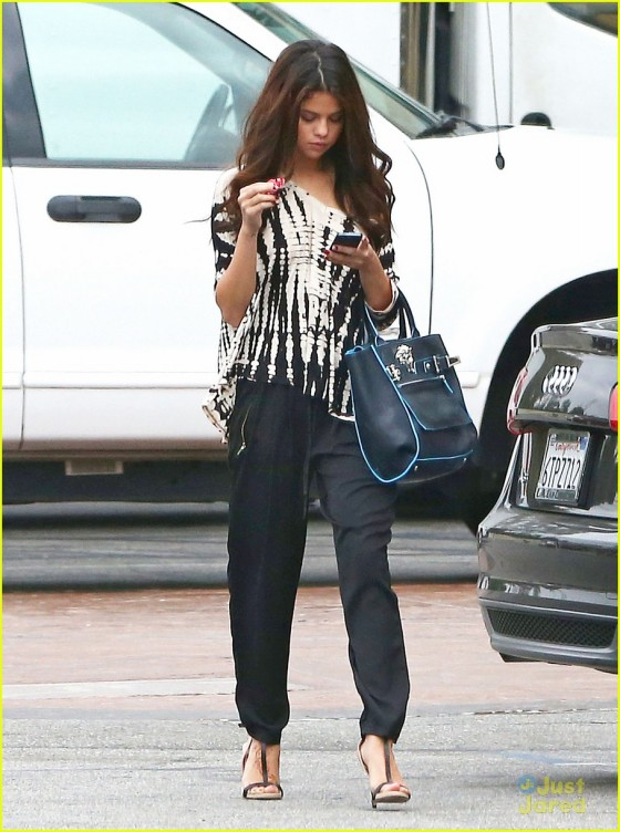 Selena Gomez – Out in Encino -16