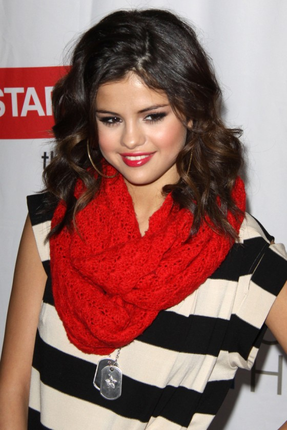 selena-gomez-performing-at-city-of-hope-concert-02