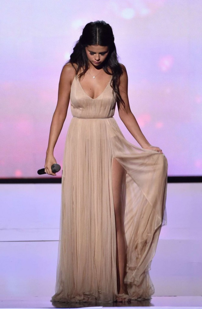 Selena Gomez - Performs at 2014 American Music Awards in LA