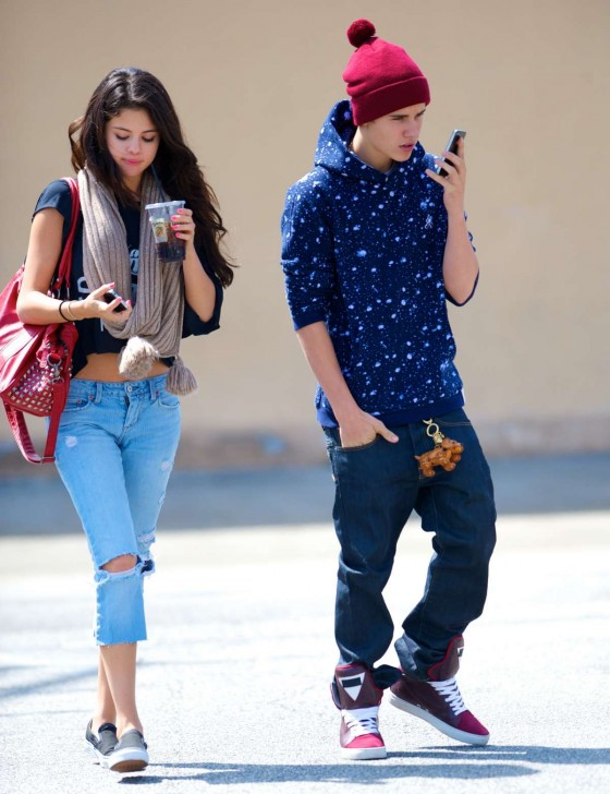 Selena Gomez with Bieber in a Ripped jeans - Panera Bread In Glendale