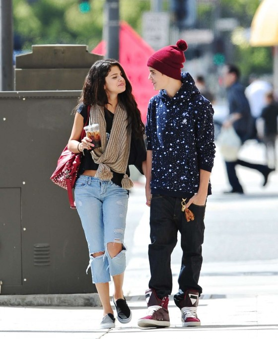 Selena Gomez – Ripped jeans candids – Panera Bread In Glendale-08