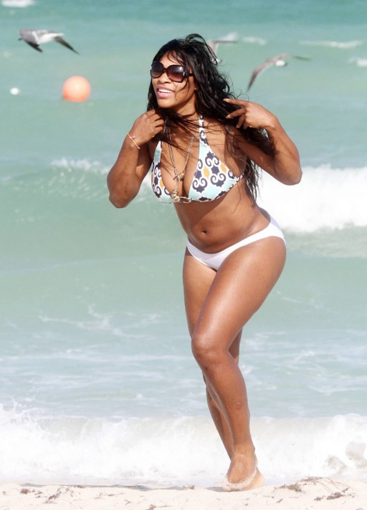 serena-williams-white-bikini-candids-at-miami-beach-oct-04-2010-25