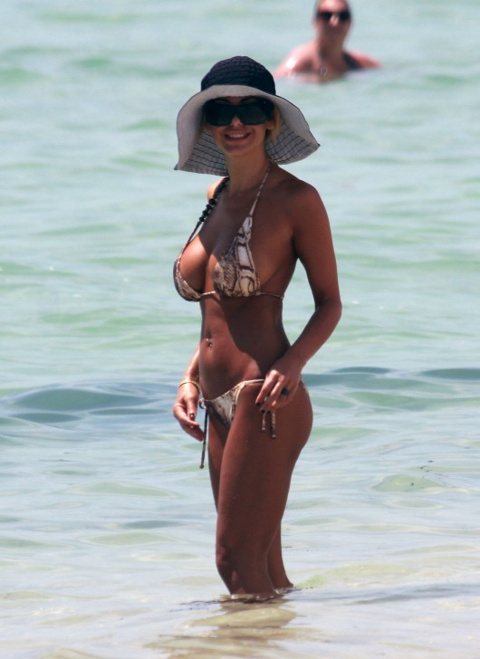 shauna-sand-bikini-candids-at-the-beach-in-miami-2010-13
