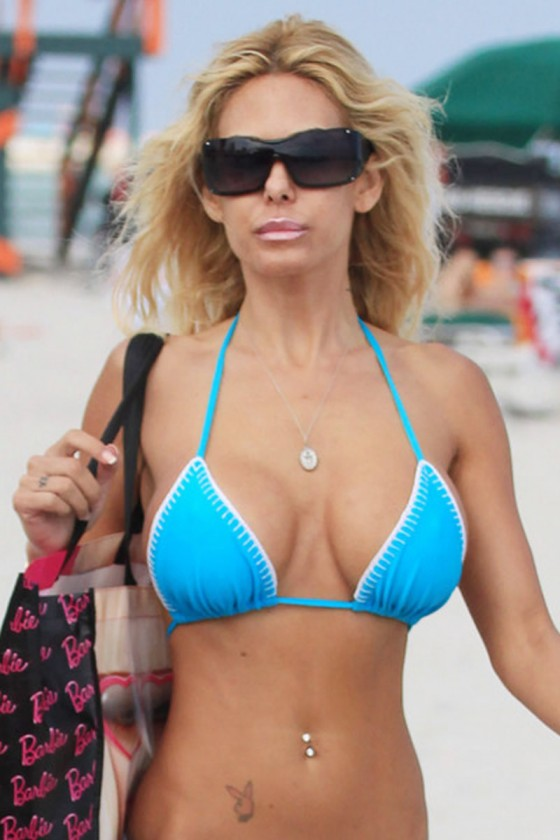Shauna Sand Showing her hot body in a bikini.