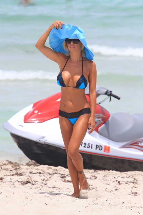 shauna-sand-new-bikini-candids-at-the-beach-in-miami-01