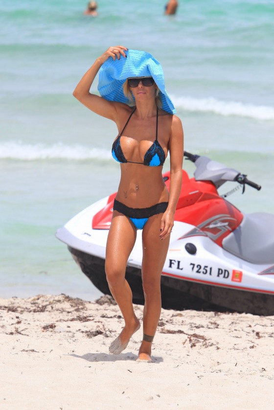 shauna-sand-new-bikini-candids-at-the-beach-in-miami-03