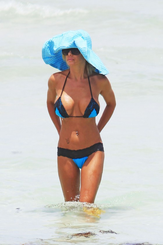 shauna-sand-new-bikini-candids-at-the-beach-in-miami-09
