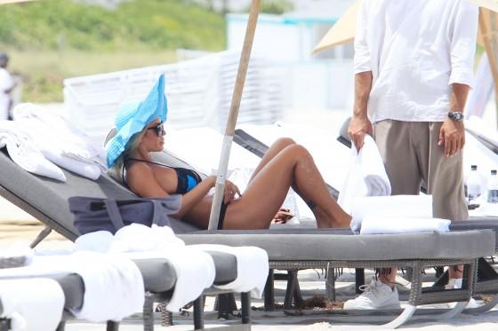 shauna-sand-new-bikini-candids-at-the-beach-in-miami-10