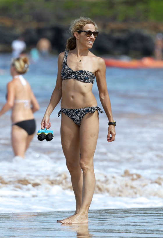 sheryl-crow-bikini-at-a-beach-in-hawaii-15