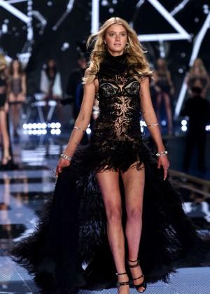 Sigrid Agren: 2014 VS Fashion Show Runway -04