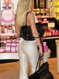 sophie-turner-shopping-candids-victorias-secret-in-la-04