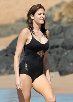 Stephanie Seymour in Black Swimsuit -09