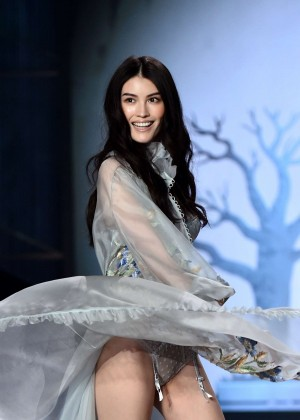 Sui He 2014 Victoria S Secret Fashion Show Runway In London